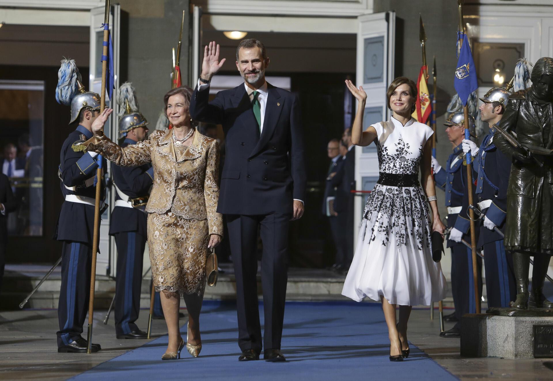 El look de Letizia en los Premios Princesa de Asturias 2017, al detalle