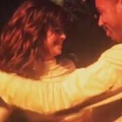 Selena Gomez muy sexy bailando salsa con un amigo