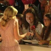 Kirsten Dunst brilla en la alfombra roja de Venecia