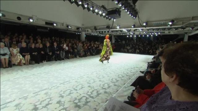 La Reina Isabel II visita la London Fashion Week