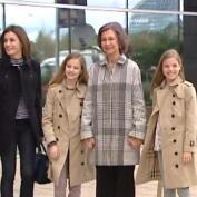 Doña Sofía posa orgullosa junto a sus nietas a la entrada del hospital