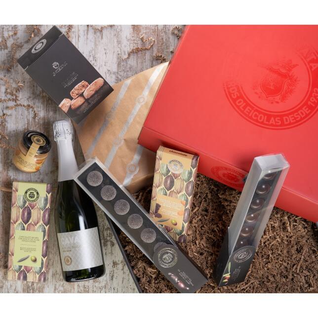 Este box ofrece una selección de los sabores más tradicionales de la Navidad. El box incluye: Bombones de AOVE, golosinas de aceituna negra, cava La Chinata, crema de turrón con AOVE, chocolate con AOVE, chocolate con leche y AOVE, almendras, trufas y polvorones (41.80 euros)