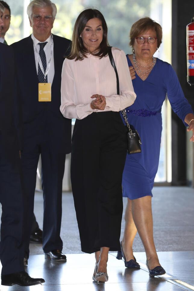 La Reina comienza su agenda semanal de actividades presidiendo en Madrid el acto de la AECC por el Día Mundial de la Investigación del Cáncer, y nos deja un look básico perfecto para esos días de entretiempo en los que no sabes muy bien qué ponerte... (Por ANA CALVO / Foto: Gtres)