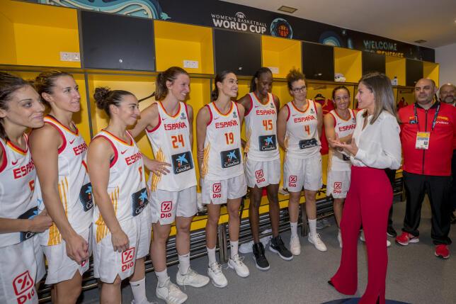 La Reina Letizia acompañó a las chicas de la Selección Española de Baloncesto durante su partido por el tercer puesto de la Copa del Mundo Tenerife 2018, y lo hizo perfectamente conjuntada con la equipación de nuestro equipo. (Por ANA CALVO / Foto: Gtres).