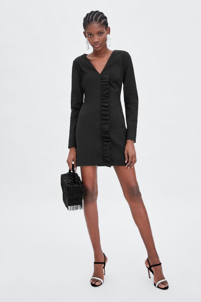 Vestido negro con volante de Zara 29,95 EUR