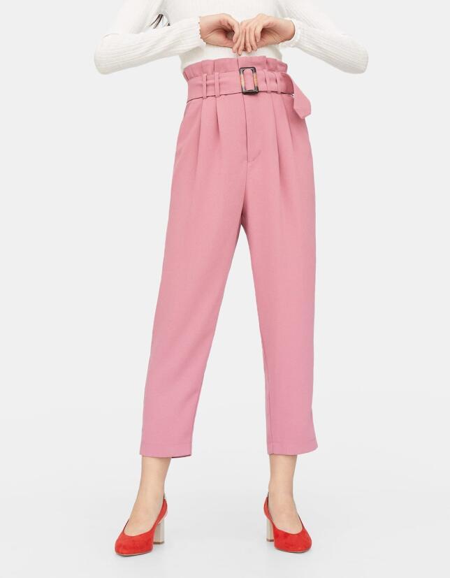 Pantalón rosa con cinturón de Stradivarius 25,99 €