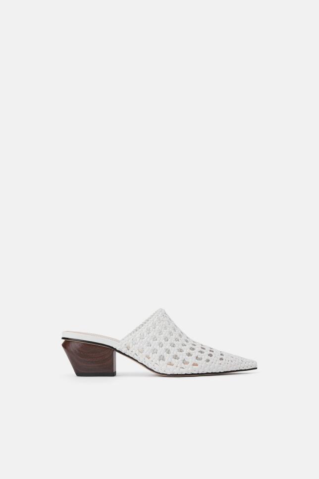 Zapatos blancos con calados de Zara 49,95 EUR