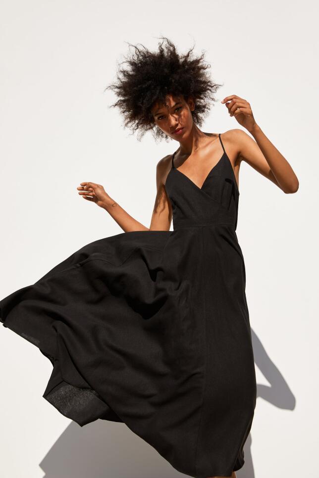Vestido negro de corte midi de Zara 39,95 EUR