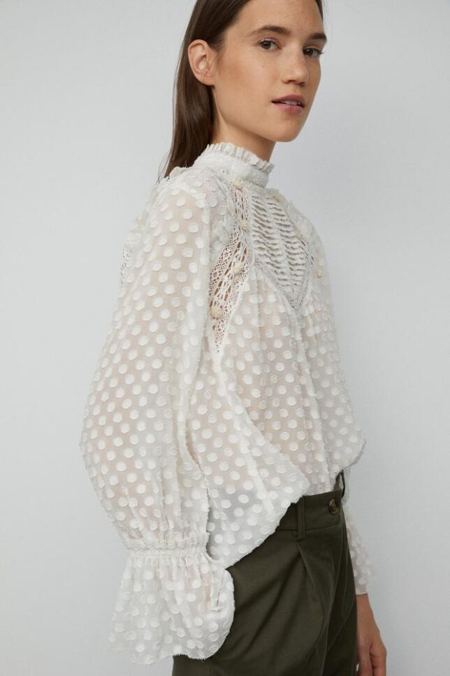 Las blusas más románticas son perfectas para los días de entretiempo. Blusa con detalles de encaje de Sfera 29,99 €