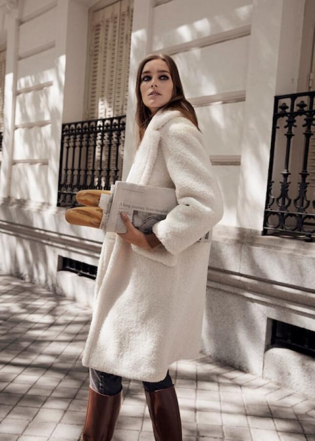 Un abrigo blanco de pelo es el mejor aliado para los días de frío