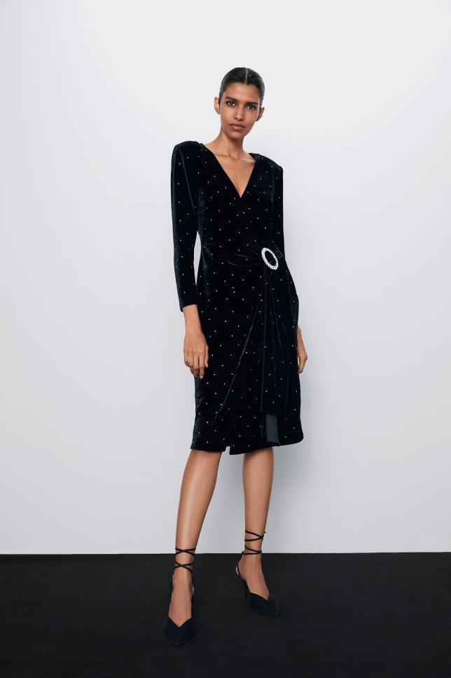 Vestido cruzado de terciopelo de Zara 39,95 EUR