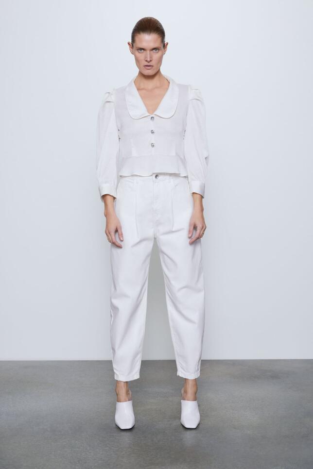 Blusa blanca con botones joya de Zara 25,95 EUR