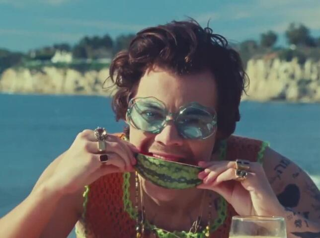 Harry Styles nos transporta a la playa con 'Watermelon sugar'