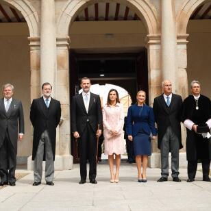 La Reina Letizia, con look 'rosa millennial' de Varela en la entrega del Cervantes