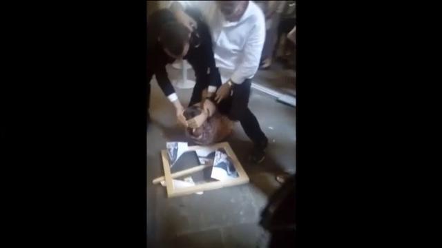 Agreden a la artista Abramovich con un cuadro