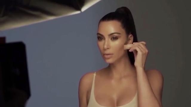 Kim Kardashian y su look imposible de Thierry Mugler