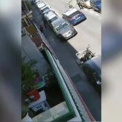Una policía en prácticas evita disparar para repeler el ataque de un joven violento en plena calle de Madrid