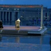 El impresionante rezo en solitario del Papa Francisco en la Plaza de San Pedro